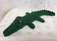 peluche crocodile en laine feutree