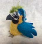 peluche perroquet en laine feutree