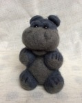 peluche hippopotame en laine feutree